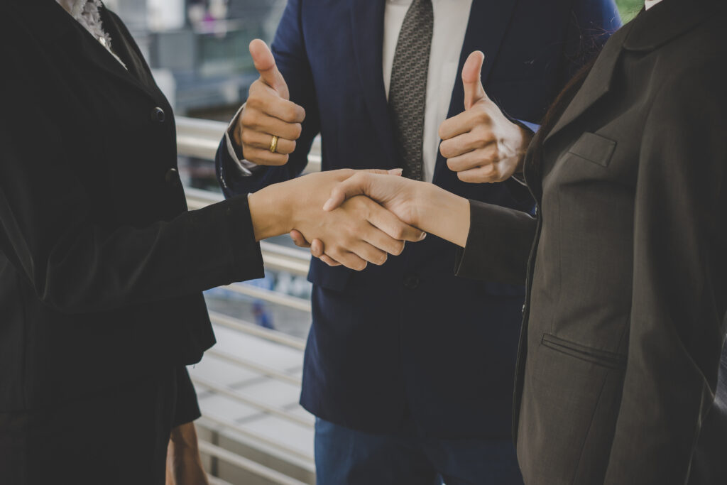This image has an empty alt attribute; its file name is business-people-shaking-hands-finishing-up-meeting-deals-business-concept-1024x683.jpg
